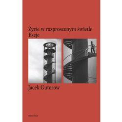 ŻYCIE W ROZPROSZONYM ŚWIETLE ESEJE JACEK GUTOROW (opr. broszurowa)