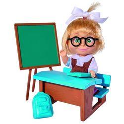 Lalka Masza w szkolnym stroju przy tablicy